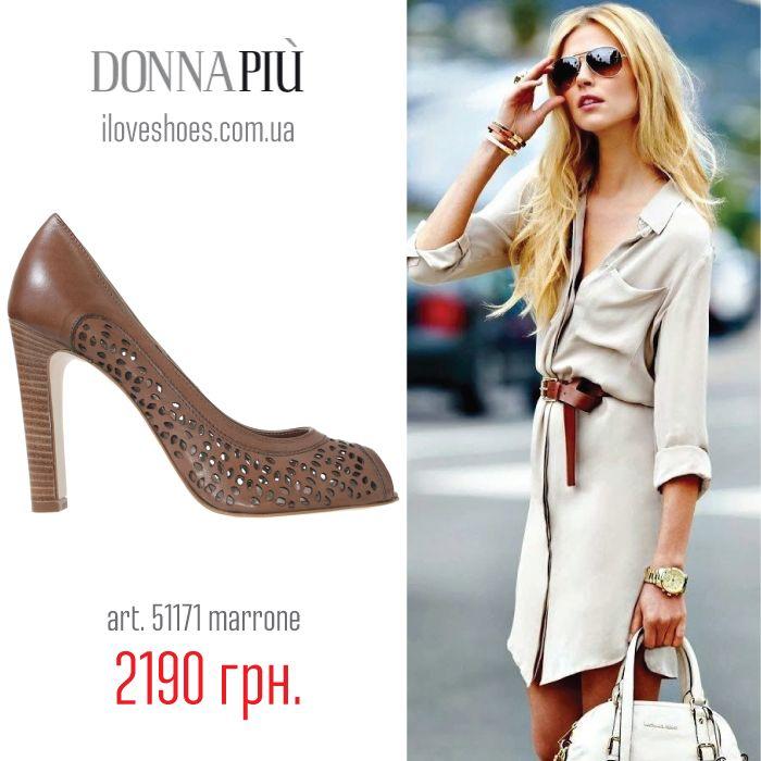 Как известно, коричневый цвет в большей степени подходит людям осеннего цветотипа, например, рыженьким красавицам, а туфли этого цвета подходят модницам всех типов кожи и независимо от цвета волос.  Представляем вашему вниманию итальянские туфли торговой марки Donna Piu из кожи коричневого цвета со сквозной перфорацией. Высота каблука 10,5 см. Открытый закругленный носок. Без застежки.