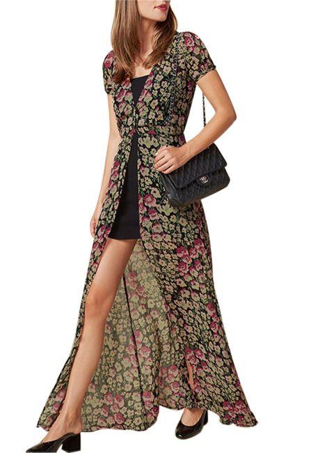 Este vestido es ideal para las ocasiones especiales que requieren un código de vestuario relajado pero de vestido largo. Con un mini vestido negro por debajo, y otro maxi vestido floral con transparencia que se superpone, se crea una sensación de una onda muy hippie y bohemia. Nos encanta el detalle de volumen que tiene …