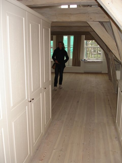 Deze zolderverdieping in een pand in Amsterdam is door Holtz voorzien van een Frans grenen massief houten planken vloer van 20 cm breed. De kleur afwerking is white wash.