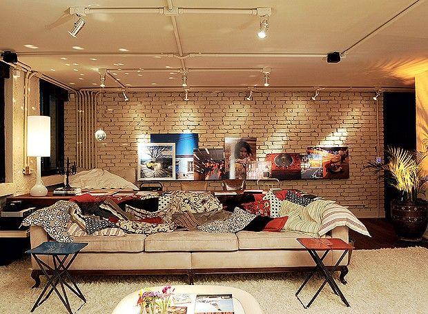 No apê do arquiteto Vitor Penha, o estilo rústico, as fotografias e as peças de design ganham ainda mais destaque com uma boa iluminação! (Foto: Marcelo Magnani/Editora Globo)