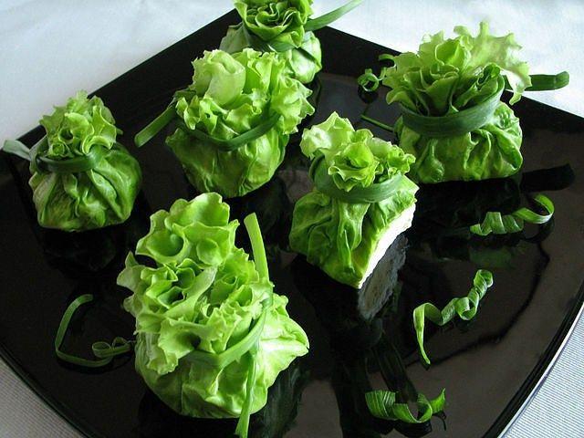 """Салат """"Сюрприз"""" http://feedproxy.google.com/~r/anymenu/hMaC/~3/aOHzYbj69qo/  Оригинально украшенный салат смотрится потрясающе на праздничном столе, но … до тех пор, пока гости не решат его попробовать. Поэтому более интересным и эстетичным будет подавать салатик в виде отдельных порций. Салат «Сюрприз» - один из вариантов великолепной подачи блюда!"""