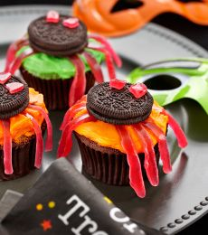Halloween Spider Cakes - Boo! These yummy Halloween cakes decorated with spiders are welcomed by everyone! Try this spooky chocolate cake recipe for your Halloween party.