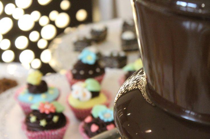 Fontana di cioccolato e, nello sfondo, alcune delle delizie della nostra pasticceria!