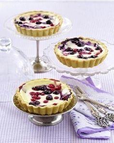 Das Rezept für Käsekuchen-Tarteletts mit Blaubeeren und Johannisbeeren und weitere kostenlose Rezepte auf LECKER.de