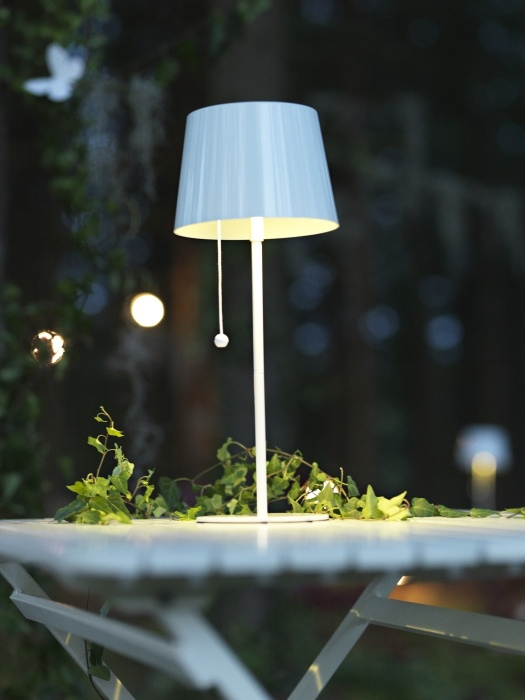 Veioza SOLVINDEN păstrează energia soarelui pentru momentele plăcute când te retragi seara la aer, ȋn grădina ta.
