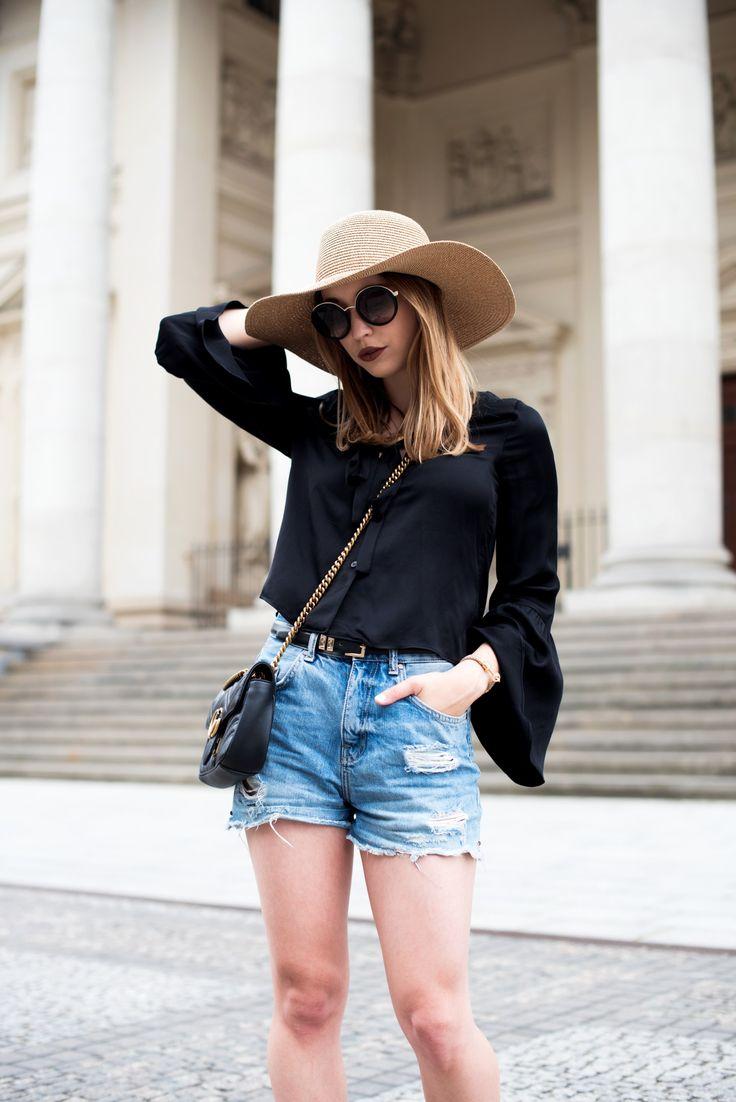 schwarze bluse mit trompetenärmeln, outfit mit schwarzer bluse, sommerliches Outfit, jeans shorts, streetstyle Sommer 2017, gucci marmont tasche, strohhut, Prada Sonnenbrille, Outfit für den Sommer, Look mit Basics  http://stylemocca.com/blogger-business-ist-das-meine-welt/