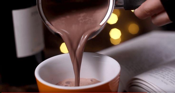 Chocolademelk, de nieuwe stijl Hoe kun je warme chocolademelk nog verder verbeteren? Nou, bijvoorbeeld door het toevoegen van een andere populair drankje!Hierdoor wordt het opeens een hele lekkere mix van alles waar je van houdt. Een ander drankje? Ja, dan hebben we het over... rode wijn! Huh, wat