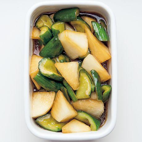 ごま油で中華風の即席漬けに「大根ときゅうりの甘酢マリネ」のレシピです。プロの料理家・ワタナベマキさんによる、きゅうり、大根などを使った、242Kcalの料理レシピです。
