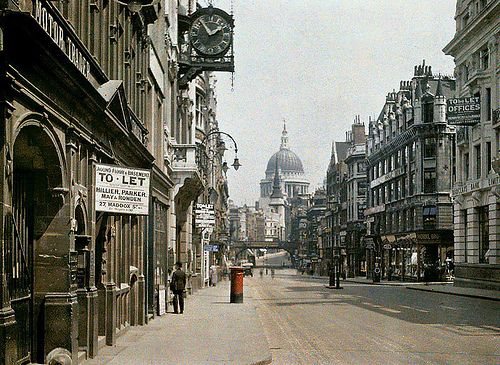 1:55pm on a sunny Sunday afternoon, 1924 - Fleet Street. I love that London looks the same today...at least architecturally (mostly).