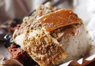 Ubud terkenal dengan seni dan alam pedesaannya hingga kemancanegara selain itu restaurant di Ubud juga menawarkan masakan khas Bali. Jika anda sedang liburan dan mengunjungi objek wisata di Bali ada baiknya anda juga berwisata ke Desa Ubud Gianyar Bali. Saat di Ubud sempatkanlah untuk mencoba Bali kuliner yang sangat terkenal, yaitu Babi Guling Ibu Oka, yang warungnya berlokasi disebelah Puri Saren Ubud.