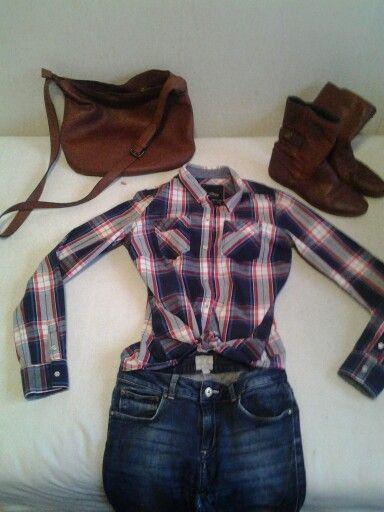 The perf combie -> geruit nerd hemd -> skinny jeans -> korte bruine botjes -> toffe bruine handtas (niet te groot) p.s.: doe in je hemd een losse knoop -> heeft een leuk effect