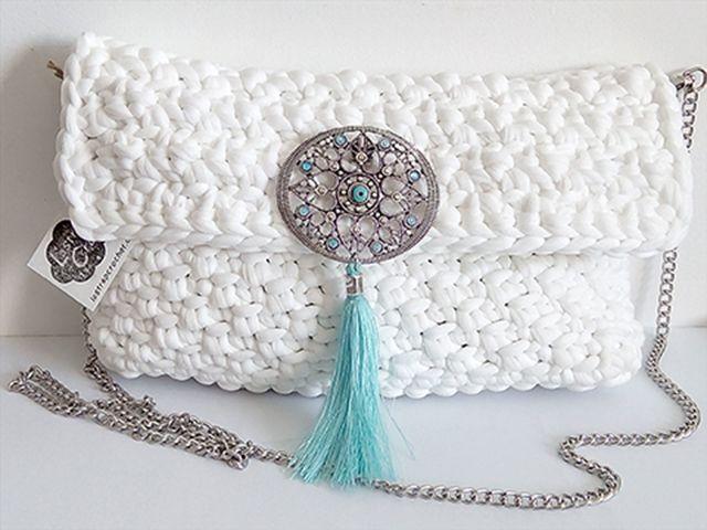 En este Tutorial Clutch Boho Chic tejido en trapillo que no pesa, te enseño a tejer este clutch en ganchillo en redondo y con tapa.