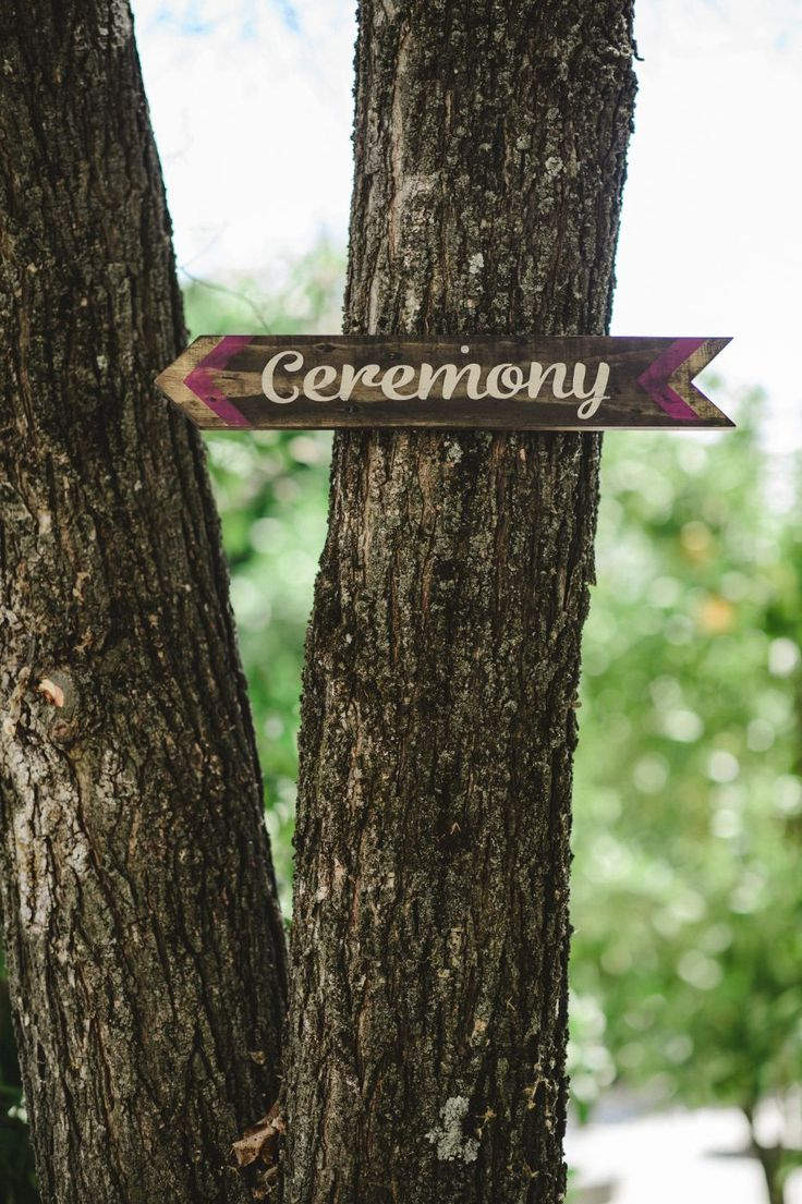 DIY wooden wedding sign. Cake & Confetti Weddings. Photo by Quemcasaquerfotosign