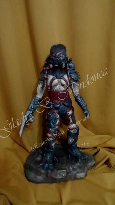 ladys Mendonca personaje depredador de 50cm de alto modelado en porcelana fria