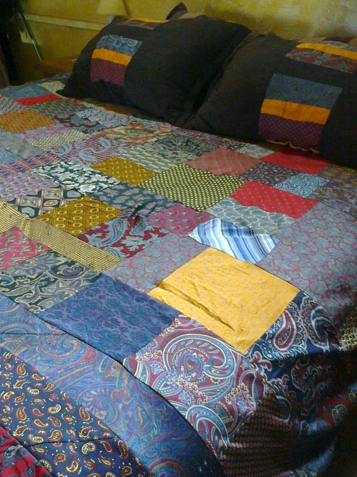 Cubrecama y cojines realizados con corbatas de seda antiguas