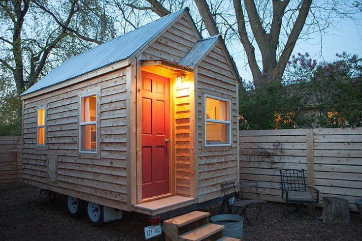Micro-casa ecologica, costruita in legno, con una finitura ruvida. Si trova in Nebraska, Stati Uniti
