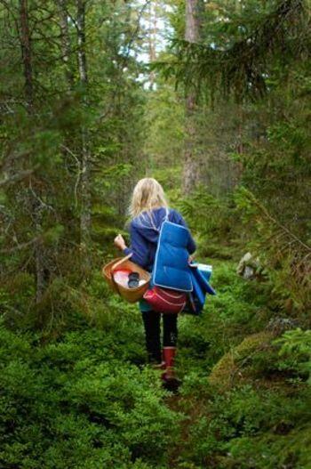 森のグリーンに、鮮やかなブルーの アウターが良く映えていますね。  赤い長靴を履いて気分を上げたら、 どこまでも森の中を進んでいけそう。