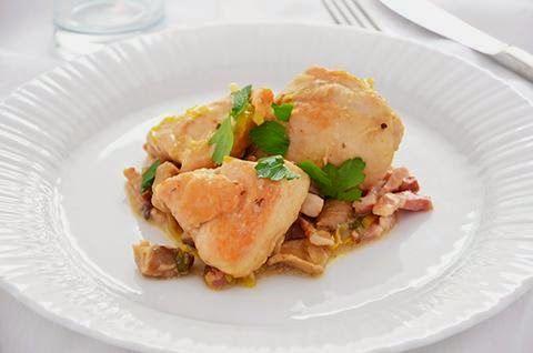 Il pollo con funghi e pancetta è un secondo piatto ricco e saporito. La cottura nel brodo rende la carne del pollo tenera e succosa, mentre il condimento a base di funghi, pancetta e porro gli conferisce gusto e carattere.