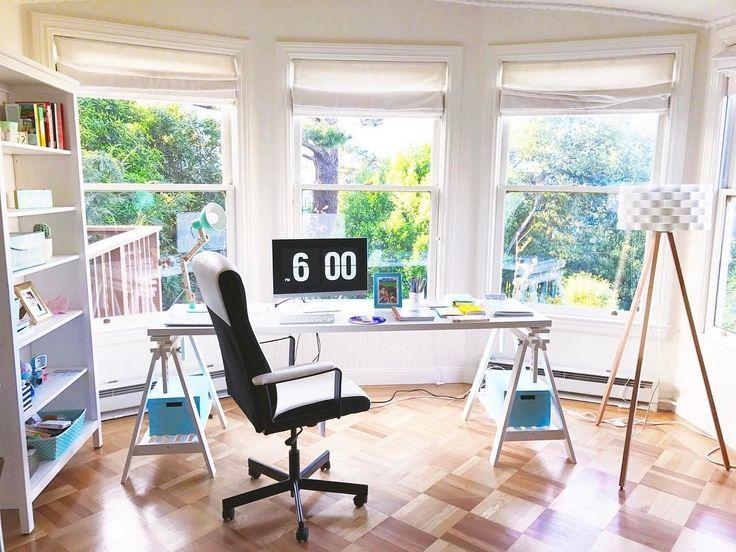 Escritório de Bruna Vieira nos Estados Unidos, em San Francisco. Escrivaninha feita com cavaletes e estante branca.