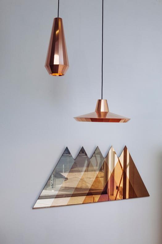 Luci di rame Fuorisalone 2014: sono piegati a mano da artigiani olandesi i fogli di rame utilizzati nelle Copper Lights, lampade le cui facce riflettono una gamma di colori che va dal marrone scuro, al rosso e fino all'arancio. Sono disegnate da David Derksen