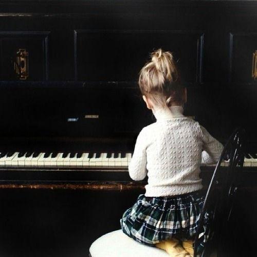 fille avec le piano