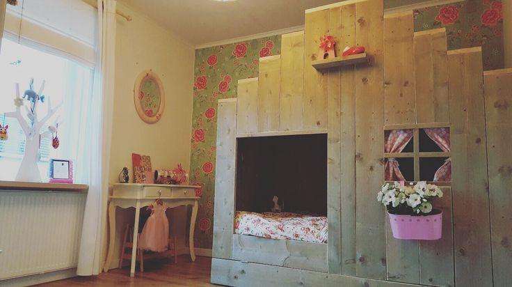 Prinsessenkamer 😍 #steigerhout#meisjesbed#grachtenpandbed