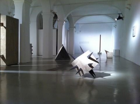 """Le gallerie Niccoli di Parma e Il Ponte di Firenze propongono una retrospettiva sugli """"anni del cemento"""" (1968-82) di Mauro Staccioli. Cruda e aspra come il cuore di quell'epoca, la doppia mostra è visitabile fino al 13 e 21 aprile."""