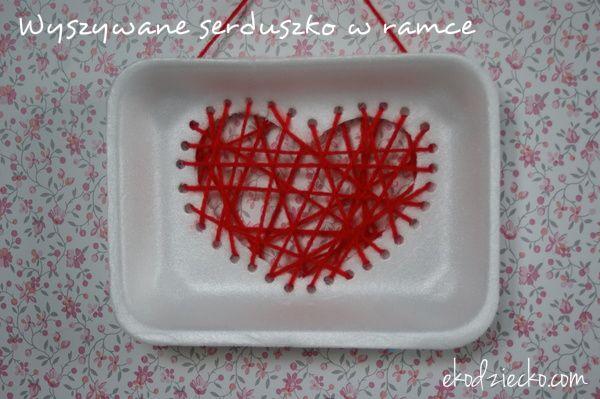 Dzień Mamy obrazek z wyszywanym serduszkiem na styropianowej tacce własnoręcznie przygotowany upominek od dziecka. Mother's Day picture with a heart-shaped embroidery on a styrofoam tray, a hand-made gift from a kids.