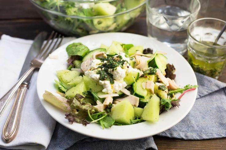 Recept voor salade van kip, meloen & rucola voor 4 personen. Met olijfolie, rucola, kipfilet, galiameloen, komkommer, hüttenkase, munt, mosterd, afbakstokbrood en honing