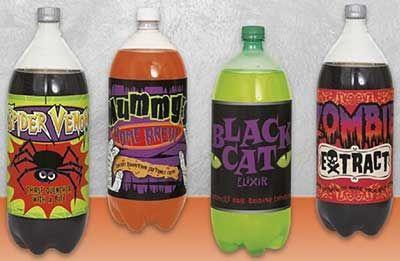 Wil jij een echte klapper maken op het feestje van jouw zoon of dochter? Bestel dan deze gave halloween flessenlabels! Met deze labels maak je hele gewone (fris)dranken tot een echte activiteit! Je koopt drankjes (liefst in felle kleuren) en plakt daar deze labels over de etiketten. Daardoor verandert een simpele fles Gazeuse in een fles met spinnen gif!