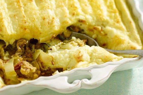 Deze heerlijke witlof ovenschotel met gehakt is eenvoudig te maken, en valt vaak bij veel mensen in de smaak. Varieer zelf met ingrediënten naar eigen smaak