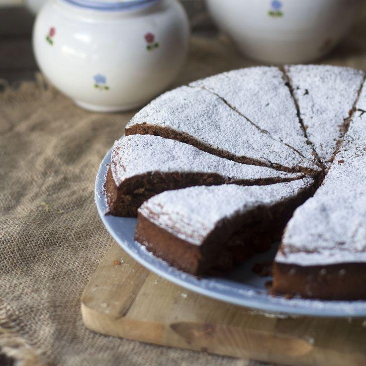 La torta caprese es un típico postre napolitano originario de la isla de Capri, de esas recetas dolci más tradicionales de Italia. Es un pastel a base de almendras y chocolate que hará las delicias de