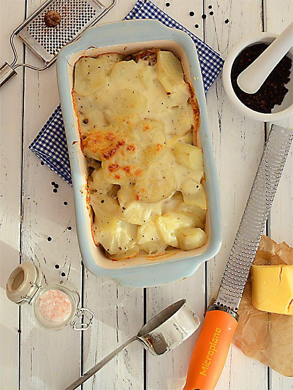 Gospodarska zapiekanka z ziemniaków i mięsa z sosem beszamelowym