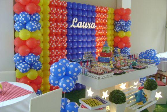 """Decoração clean da Galinha Pintadinha. Linda mesa com painel de balões, bolo cenográfico, guloseimas personalizadas. """"PODEMOS FAZER SOMENTE DECORAÇÃO OU COMPLETA""""  Produto sujeito a Taxa de locomoção."""