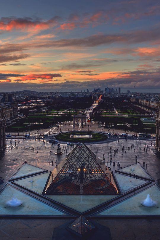 Pyramide de Pei et Musée du Louvre, Paris.