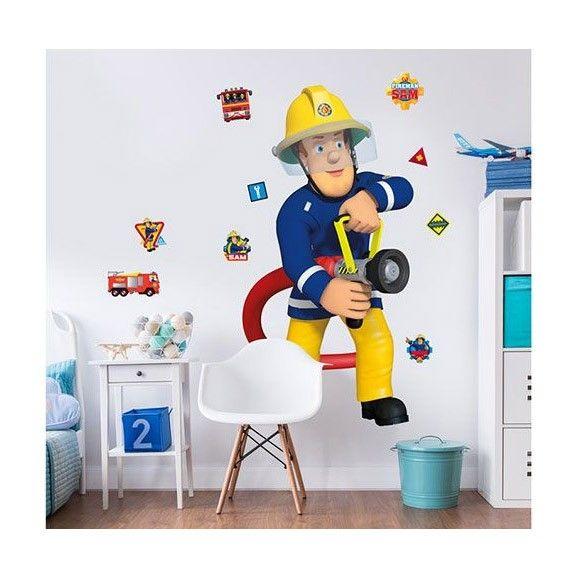 Brandweerman Sam is een echte held. Wil jij ook een held worden? Wil jij later ook bij de brandweer? Of ben jij gewoon heel erg fan van brandweerman Sam en zijn team? Dan zijn deze stickers echt iets voor jou! Met deze stickers tover jij je kamer gemakkelijk om in de Brandweerman Sam stijl. Deze doos bevat verschillende stickers. Er zit één grote sticker van Brandweerman Sam bij, die sticker is wel 121.92cm hoog en ongeveer 70cm breed. Op deze sticker is Sam bezig met blussen met de slang…
