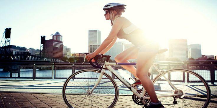 Θέλεις να γυμναστείς, αλλά δεν έχεις ξανακάνει κάποιο είδος προπόνησης ή έχεις καιρό να ασκηθείς; Το ποδήλατο είναι η λύση. Κατάλληλο για όλες τις ηλικίες, δεν προκαλεί μυϊκούς τραυματισμούς και γυμνάζει ολόκληρο το σώμα. Μπορείς να ξεκινήσεις με 15 λεπτά ποδηλασίας την ημέρα και προοδευτικά να αυξάνεις το χρόνο. Με μία ώρα ποδηλασίας (για μια γυναίκα μέσου