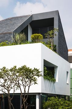 This house is located in a residential area in District 7 of Ho Chi Minh city and hosts a couple with 2 young kids. The land is a square of 15m length. The f...