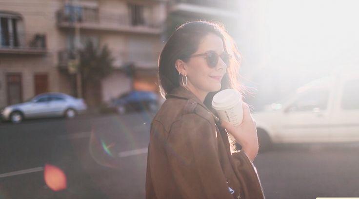 IT STYLE - Mi estilo en buenos aires de tipo otoñal con chaqueta biker marron a los hombros y gafas vintage tomando un café de starbucks.