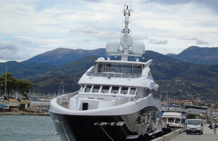 Το yacht ''4You'' αραγμένο στο Κάστρο απέναντι από τον Φάρο. 17/07/2017. Από αλουμίνιο. Μήκος 47 μ. ~ Πλάτος 9 μ. ~ Ναυπήγησης 2009 στα ναυπηγεία Heesen The Netherlands. 499 GT ~ 12 επ. Σημαία Cayman Islands.