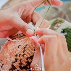 Anímate a conocer el proceso de creación de las mochilas Wayuu con MANAIKI <3 :D 🏜️🌈🏝️ #cultura #raíces #wayuu #mochila #artesanía #color #handbag #bolso #étnico #colombia #méxico #españa #manaikiwayuubag #manaiki #mochilaswayuu #indígena #étnico #handmade #crochet #bohemia #vintage #wayuustyle #wayuutribe #summer
