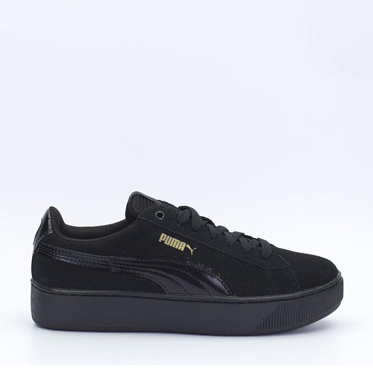 Puma Vikky Platform σε μαύρο χρώμα, με suede δέρμα στο πάνω μέρος και σόλα τύπου πλατφόρμα, συμπληρώνει κάθε streetwear outfit και φοριέται όλες τις ώρες της ημέρας. #sneakerstown #sneakers #puma #pumavikky #fashion #streetwear #lifestyle