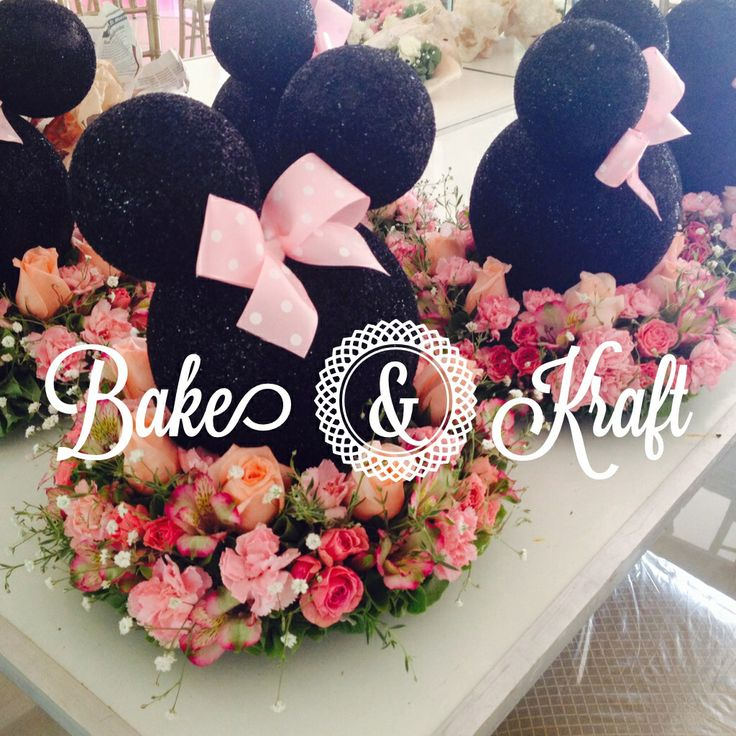 Minnie Mouse centerpiece! So cute!!!! :0) by: BAKE & KRAFT... parties and cupcakes!! (Monterrey, MX)