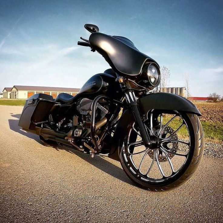 "Follow & Tag ""HD Tourers and Baggers"" on Instagram Facebook Twitter & across the Web. ===================== #hdtourersandbaggers ===================== Credit to @misskal__ ===================== #instamotogallery #instamoto #motorcycles #harleydavidson #roadkingclassic #roadking #roadglide #streetglide #softail #showoffmyharley #harleysofinstagram #harleylife #bikelife #bikersofinstagra #bikestagram #harleyrider #harleyriders #customharley #throttlezone #harleydavidsonnation…"