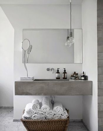 洗面台の下のスペースが空いていると、ほしいときに取り出せるタオルを収納できて便利です。洗面台の上も物を置くスペースがあると使い勝手がよさそうです。