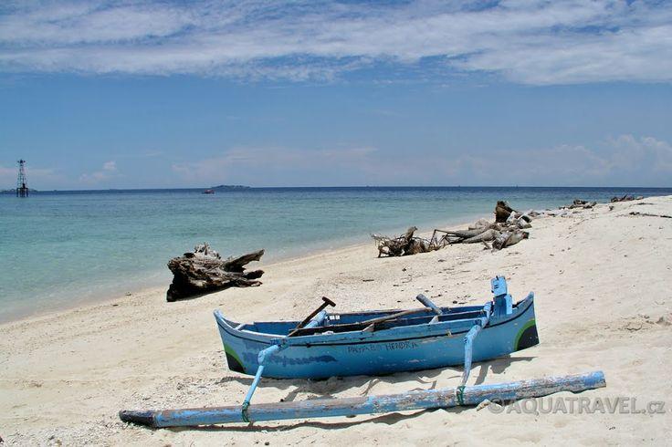 Ostrůvek Samalona u Makkasaru, pláž.