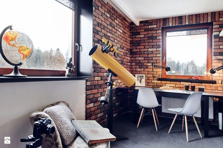 ceglana ściana, żółty teleskop, szare krzesła, szara poduszka