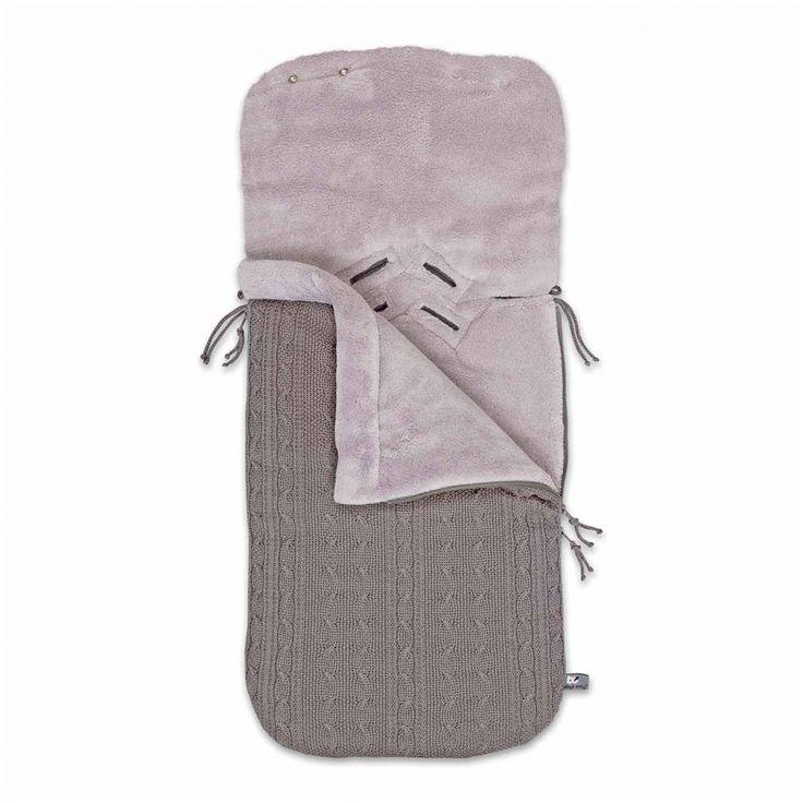 Fußsack Babyschale Zopf taupe   - Material: 40% Baumwolle, 25% Acryl, 35% Polyester  - Maße: 86 x 38 cm  - Druckknöpfe zum Kanpuze formen  - toniger Reißverschluss  - Farbe: taupe  - Maschinenwäsche: bei 30 °C  - Altersempfehlung: ab 0 Monaten geeignet