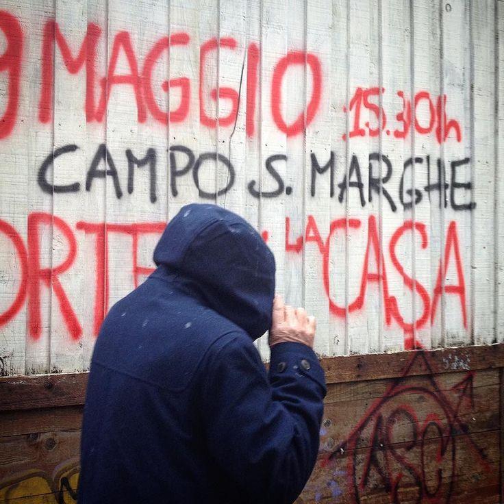 Ribellione e impegno sociale non hanno età. Alvaro Siza camminando sotto la pioggia per le calli della Giudecca (Venezia). Grazie maestro. by raul_betti