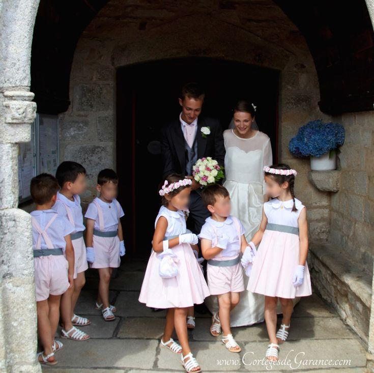 Photo: DR Photo: DR Photo: DR Photo: DR Photo: DR Photo: DR Photo: DR Demoiselles d'honneur: corsages blancs à col pétale, jupe rose pâle courte à plis creux. Ceinture grise, gants blancs, couronnes de fleurs, aumônière, tropéziennes blanches.